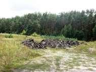 Участок среди застроек рядом с лесом